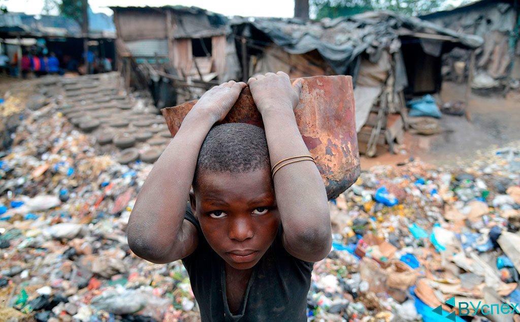 Мотивация — другим еще хуже, мальчик работает с раннего детства, чтобы выжить в Африке, он несет камень, жалостливое, грустное, каменное лицо, терпение, упорство.