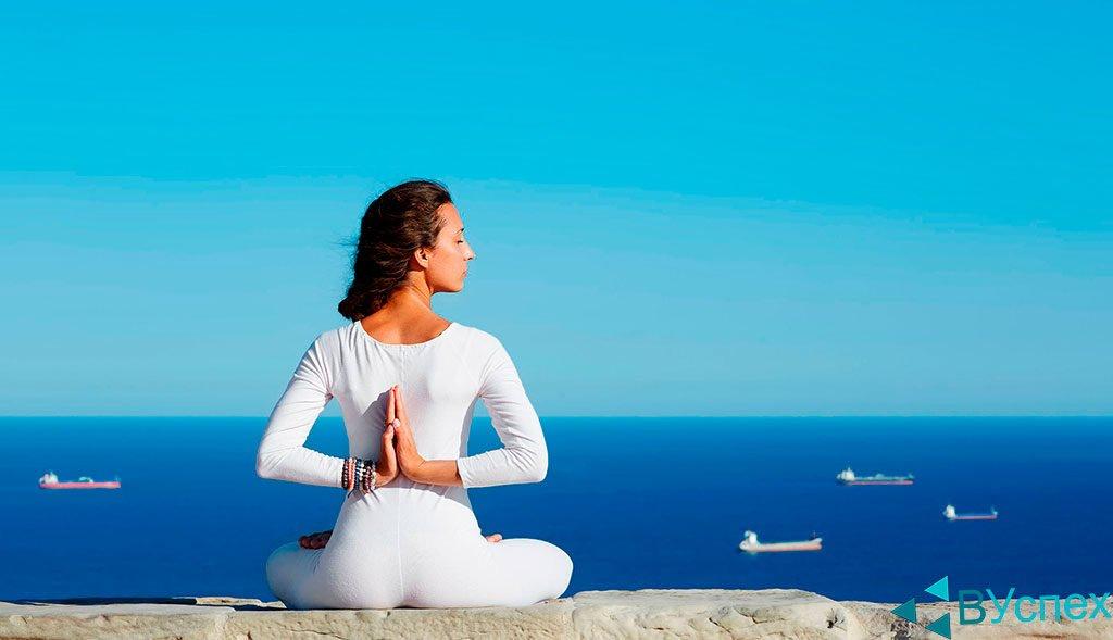 Мотивация через медитацию, осмысление, отдых на пляже, берегу моря, занятия йогой, упражнения и разминки, отдых на море.