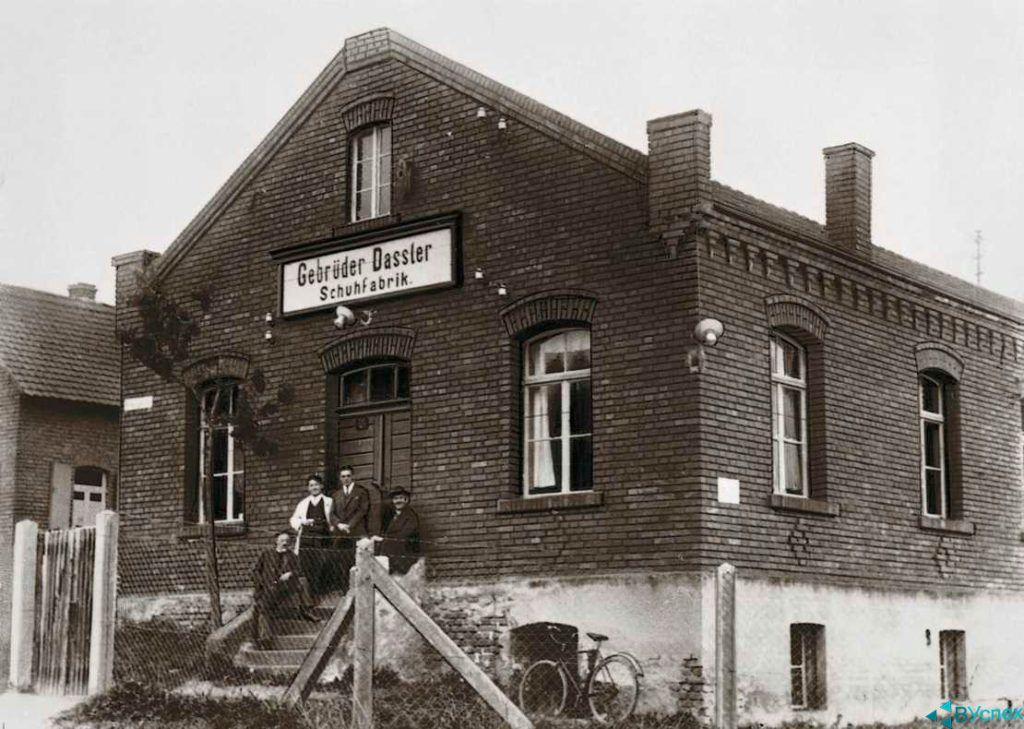 Фабрика Dassler (Дасслер) 1923г. задолго до основания Adidas и Puma
