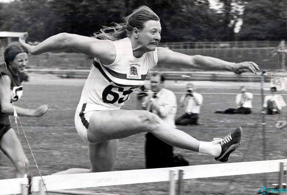 Мэри Питерс (Mary Peters) выигрывает золотую медаль на пятиборью в бутсах Пума (Puma).