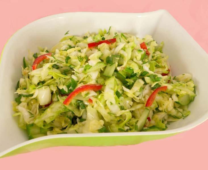 Летний салат из огурцов, болгарского перца, капусты