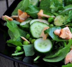 Салат из зелени, огурцов, горошка и семги