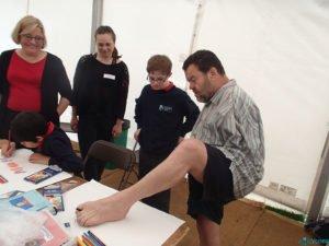 Том демонстрирует возможности рисования ногой