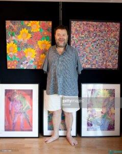 Том на выставке своих картин