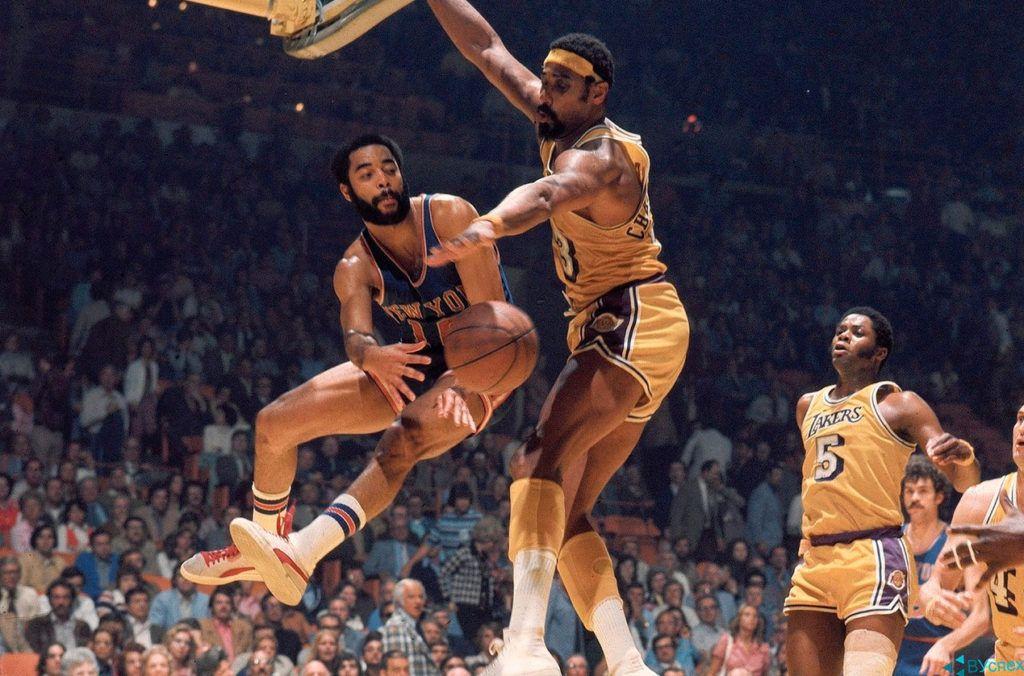 """Уолт Фрейзер (Walter """"Clyde"""" Frazier) в бутсах Пума (Puma) на чемпионате НБА, где команда одерживает победу."""
