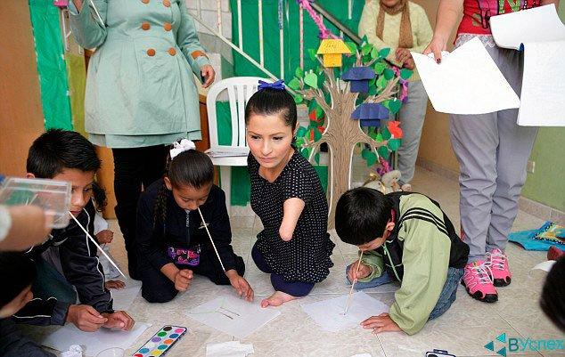 Зули Сангвино (Zuly Sanguino) учит детей рисовать