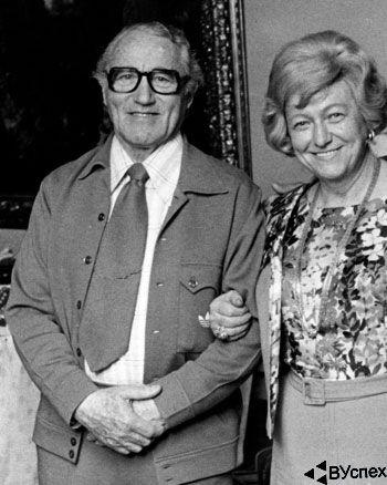 Ади и Кэте Дасслер (Adi - Adolf и Kate Dassler) стоят вместе