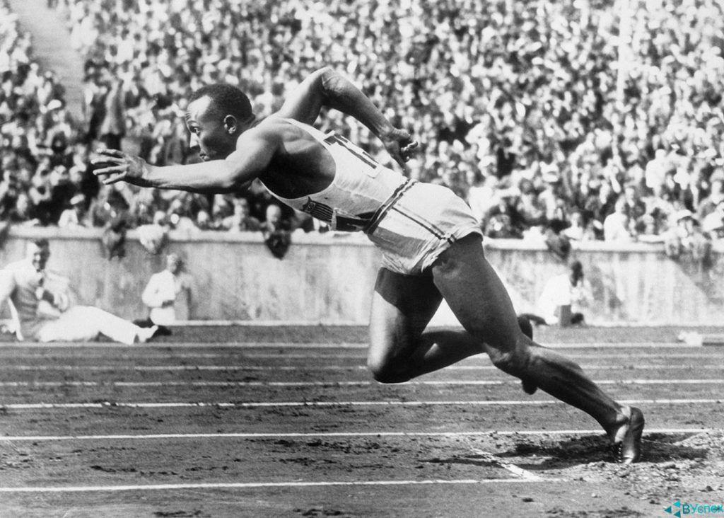Джесси Оуэнс (Jesse Owens) в бутсах Dassler (Дасслер), 1936г. бежит на чемпионате мира