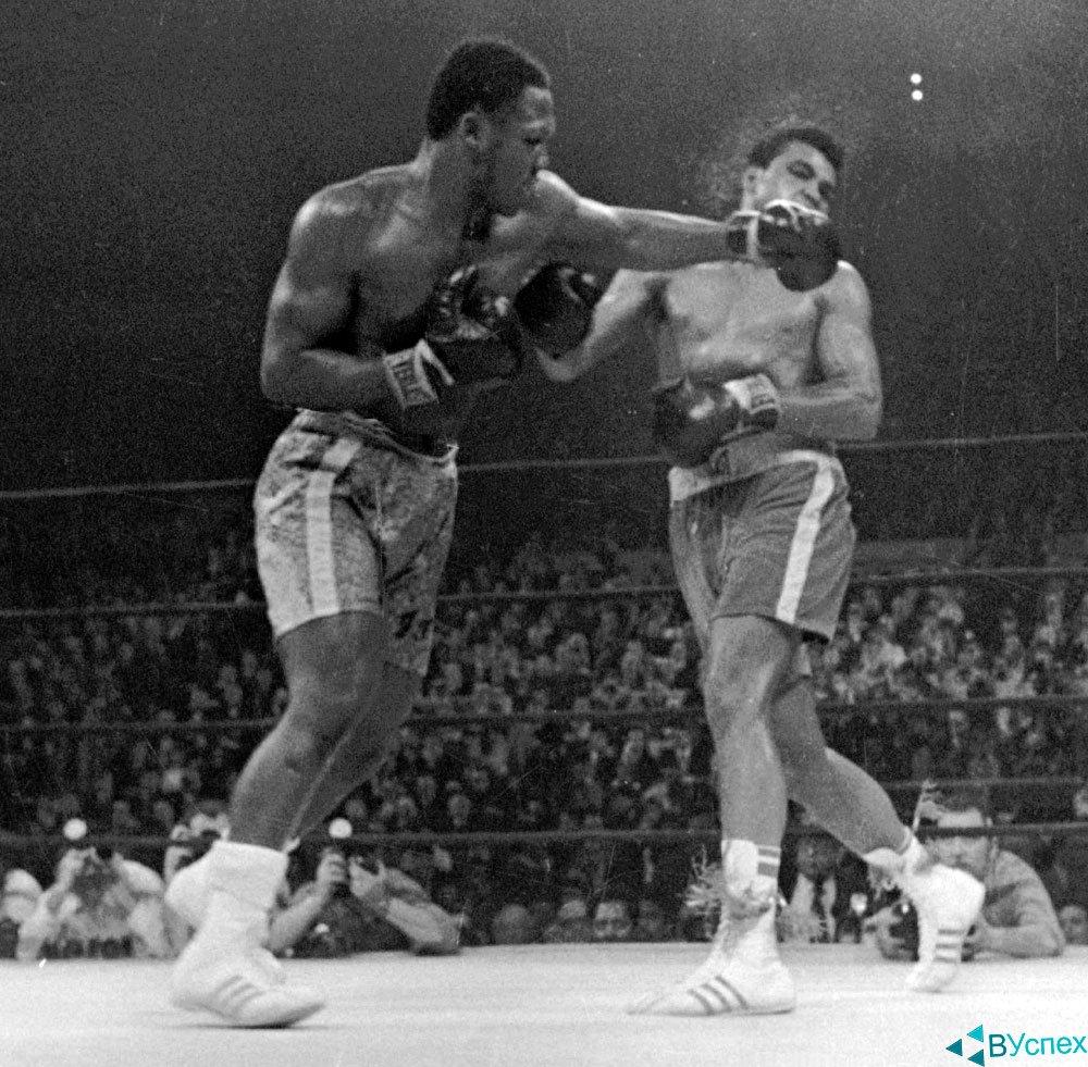 Мохаммед Али (Muhammad Ali) в бою с Джо Фрейзер (Joseph William Frazier) на обоих одеты бутсы Адидас (Adidas).