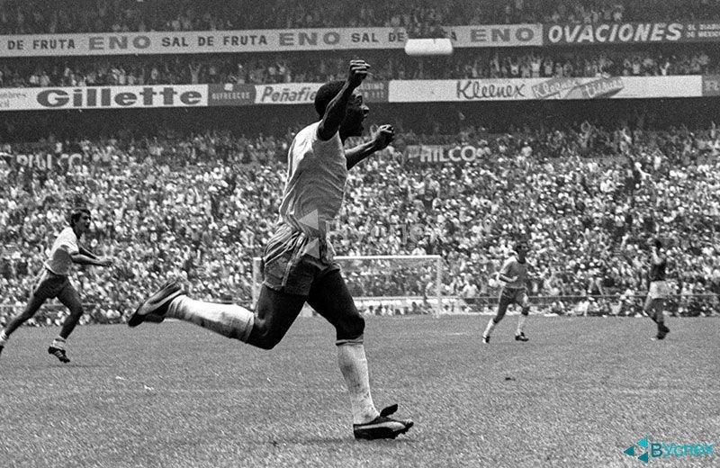 Pele — Edson Arantes do Nascimento (Эдсон Арантис ду Насименту) на чемпионате мира по футболу в бутсах Puma