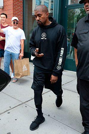 Канье Омари Уэст (Kanye Omari West) хип-хоп исполнитель подписал контракт на рекламную продукции от Адидас, одет в черный бутсы и одежду Adidas.